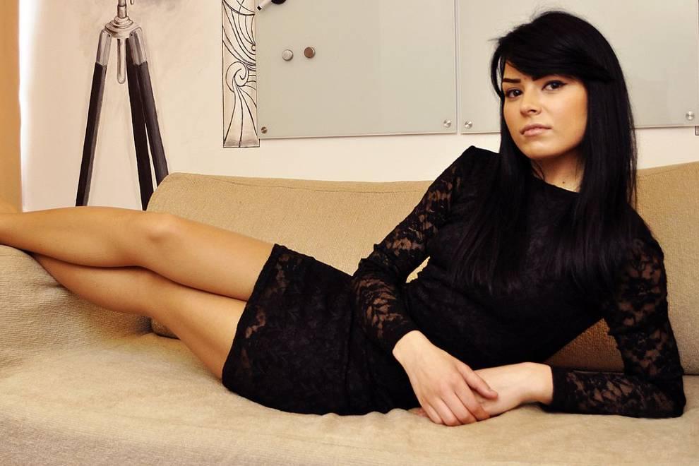 миниатюрная девушка в чёрном платье