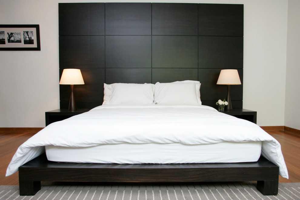 белая кровать с тёмным изголовьем