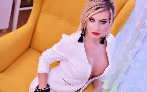 Блондинка в белом костюме