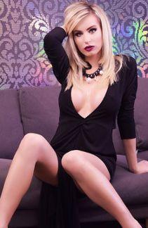 обворожительная модель в чёрном платье