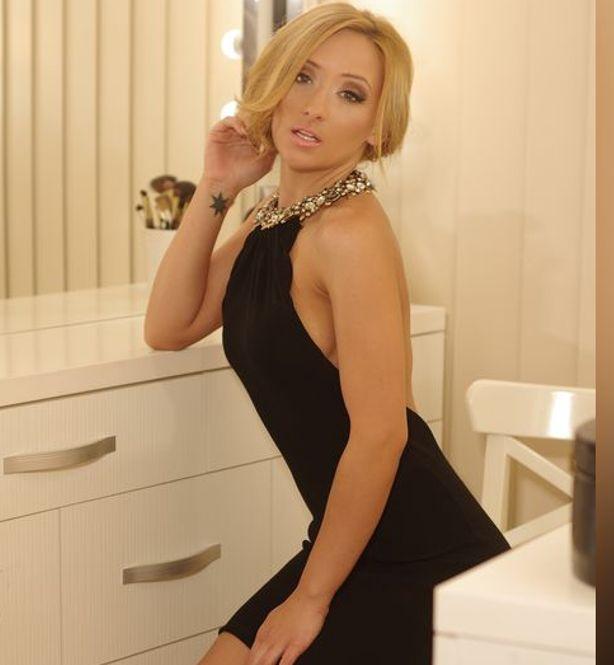 красивая блондинка в салоне