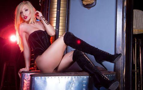 сексуальная блондинка в корсете