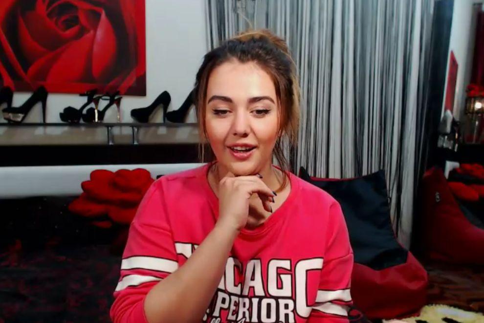 Девушка перед вебкамерой