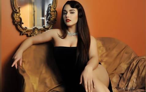 Красивая брюнетка в чёрном платье