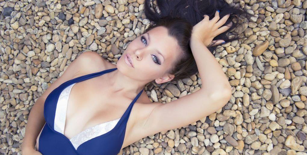 девушка на каменистом пляже