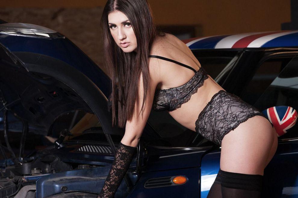 девушка у спортивной машины