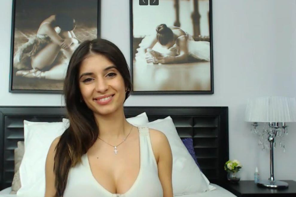 вебкам модель с милой улыбкой