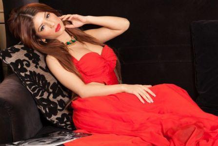 вебмодель в красном платье