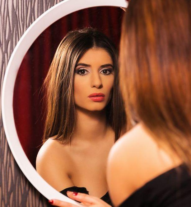 сексуальная модель в зеркале