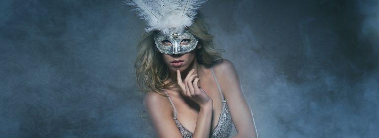 сексуальная модель в маске