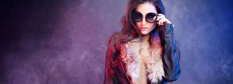 модель в очках и кожаной куртке