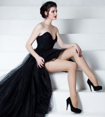модель в чёрном длинном платье