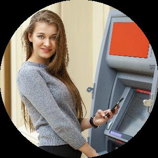милая девушка у банкомата