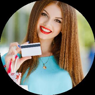 привлекательная девушка с кредитной картой