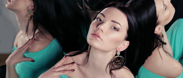 Девушка в бирюзовом платье