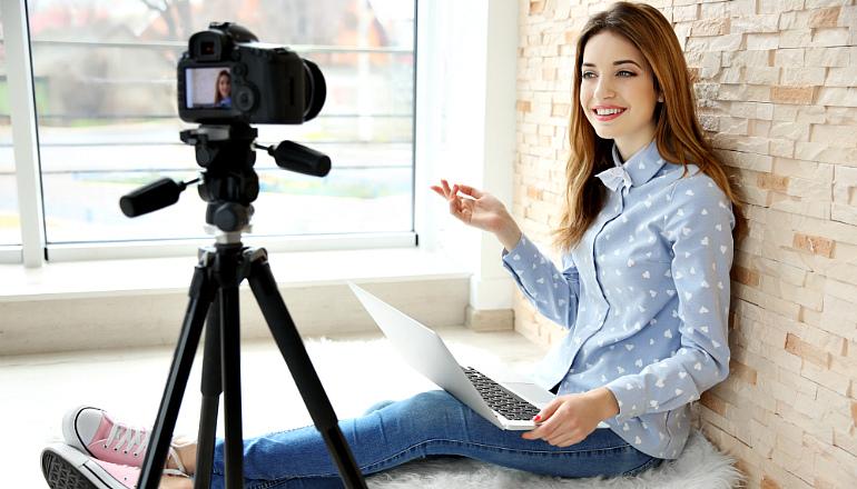 девушка на записи фильма о веб моделях
