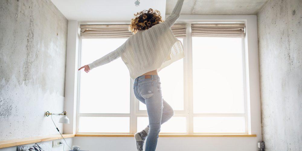 модель танцует на кровати
